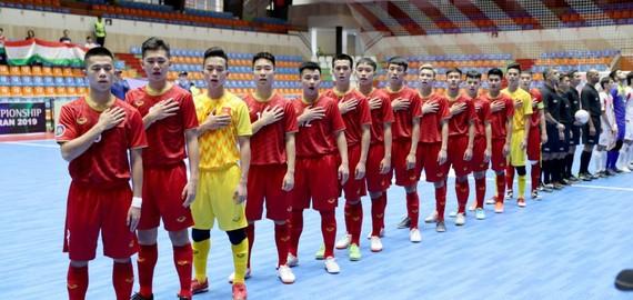 越南隊賽前同唱國歌。(圖源:互聯網)