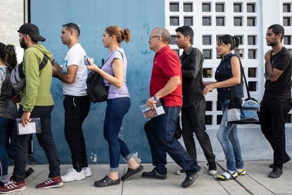 委內瑞拉人在厄瓜多爾 - 秘魯邊境排隊等候為護照蓋章。(圖源:聯合國難民署)