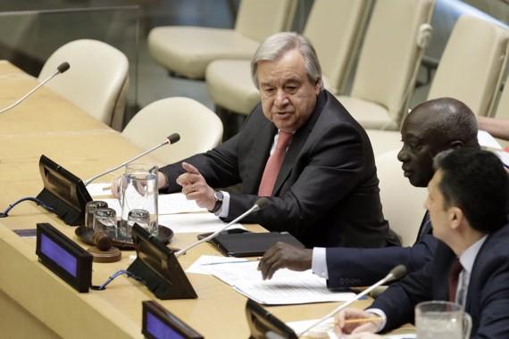 6月18日,在位於紐約的聯合國總部,聯合國秘書長古特雷斯(左)發表講話。(圖源:新華社)