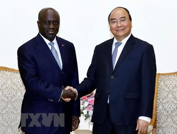 阮春福總理(右)接見科特迪瓦共和國外長馬塞爾‧阿蒙‧塔諾。(圖源:越通社)