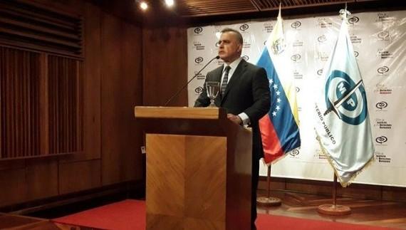 委內瑞拉總檢察長薩博18日在首都加拉加斯對媒體宣佈,因涉洗錢和貪腐,兩名委反對派成員將面臨檢方調查。(圖源:Twitter / @ViceVenezuela)