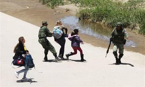 墨西哥士兵和國民警衛隊拘留試圖進入美國的移民。(圖源:AFP)