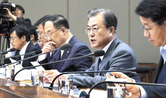 文在寅(右二)在公平經濟成果報告大會上發言。(圖源:韓聯社)