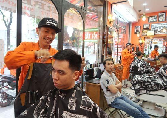 鄭懷清正給客人理髮。