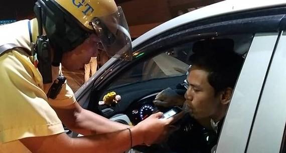 交警在對一名司機進行酒精測試。(圖源:孟玲)