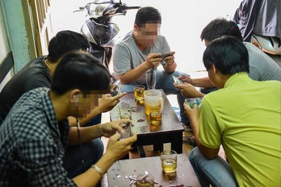 約朋友去咖啡廳聊天,但每人卻專注看著電話,這是目前社會很普遍的景象。
