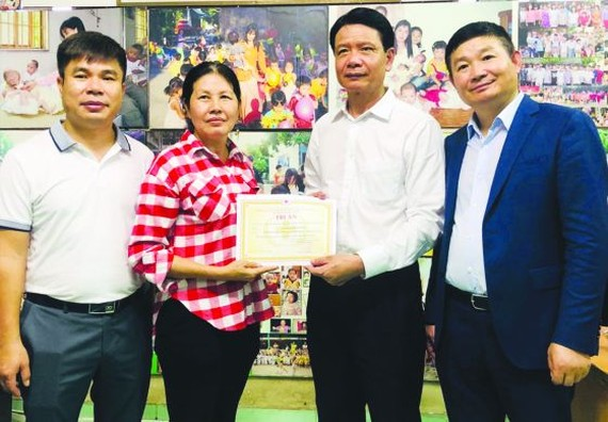 故乡人道中心代表(左二)向在越投资的中国广东企业致送感谢书。