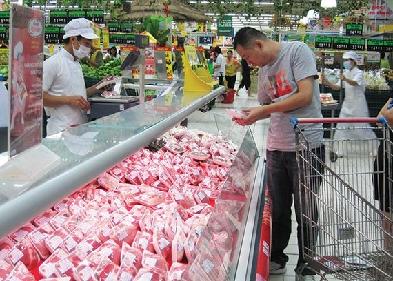 外商关注越南粮食食品市场。图为消费者在超市选购食品。(示意图源:互联网)