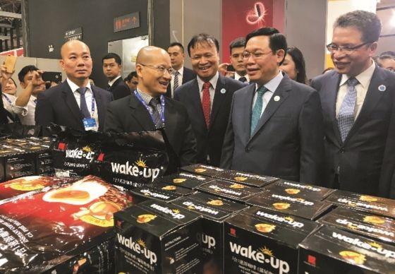 政府副总理王廷惠(右二)出席第十五届中国-东盟博览会并参观越南咖啡展位。