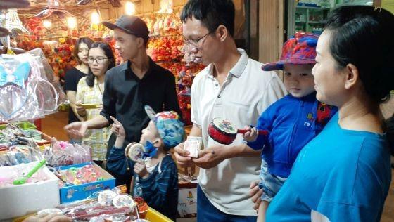消費者在梁汝學傳統花燈街上選購花燈。