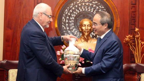 市委書記阮善仁(右)向菲利普總經理贈送紀念品。(圖源:越通社)