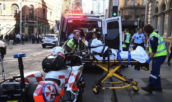 警察送傷者上急救車。(圖源:EFE)
