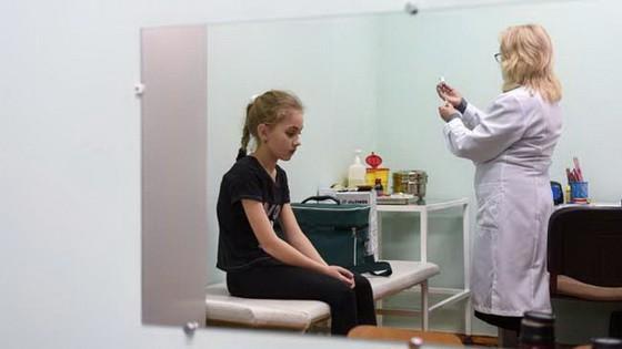 在2019年2月21日拍攝的這張照片中,一名護士準備麻疹疫苗,為烏克蘭西部城市利沃夫附近Lapaivka村的一名女孩接種疫苗。(圖源:AFP)