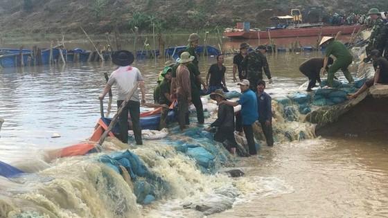 地方政府調動數百名公安戰士、軍隊力量與人民展開克服護坡決口事故。(圖源:VOV)