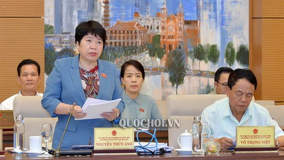 国会社会问题委员会主任阮翠英(前左)在会议上阐述报告。(图源:Quochoi.vn)