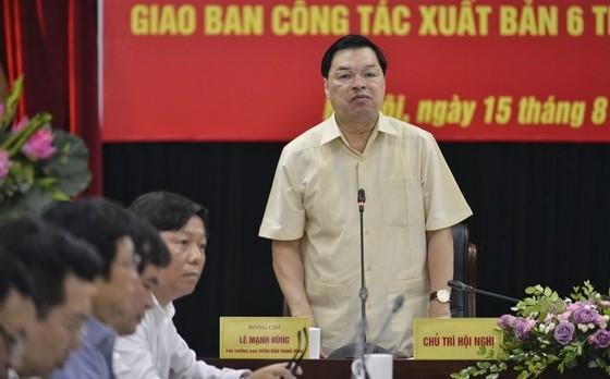 中央宣教部副部長黎孟雄(站立者)主持會議並發表講話。