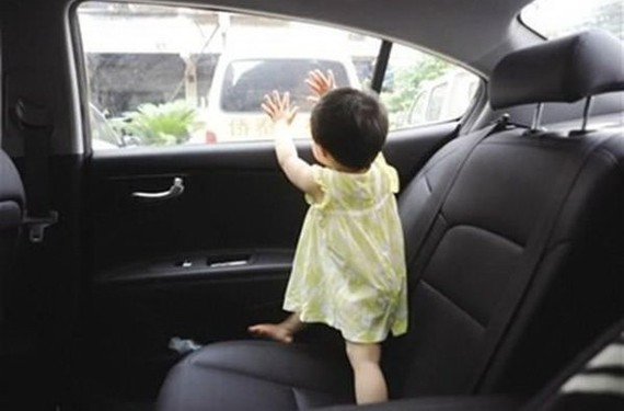 千萬別把小朋友單獨留在汽車內!(示意圖源:互聯網)