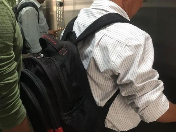 """乘搭電梯時也揹著背包,會給站在後面的人帶來""""難受""""的感覺。"""