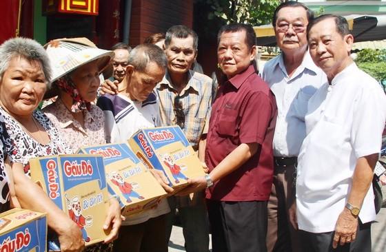 浸石天后宮理事長張敬和(右三)與各副理事長 向貧困同胞派發禮物。