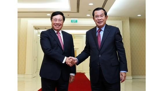 政府副總理、外交部長范平明(左)禮節性拜訪柬埔寨首相洪森。(圖源:越通社)