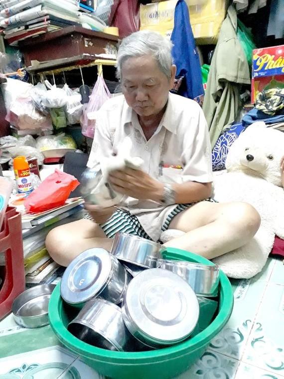 四化老翁正準備便當,以給孤苦無依、貧困老人 盛裝晚飯。