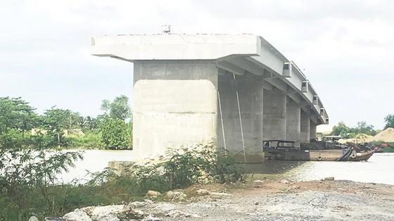 隆大橋工程因受場地清拆影響而停滯不前。