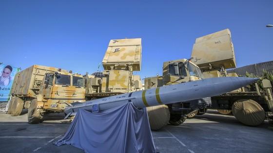 伊朗22日展示了一枚自稱是國產的Bavar-373地對空遠程防空導彈系統。(圖源:AP)