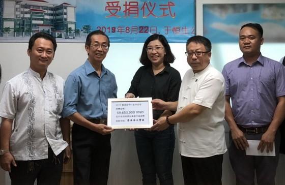 恒生投資顧問服務集團公司昨(22)日舉行向第十一郡崇華華文中心贊助助學金儀式。