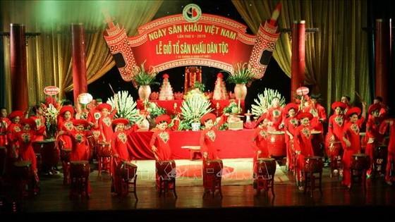 越南舞台日10週年紀念儀式文藝表演節目。(圖源:越通社)