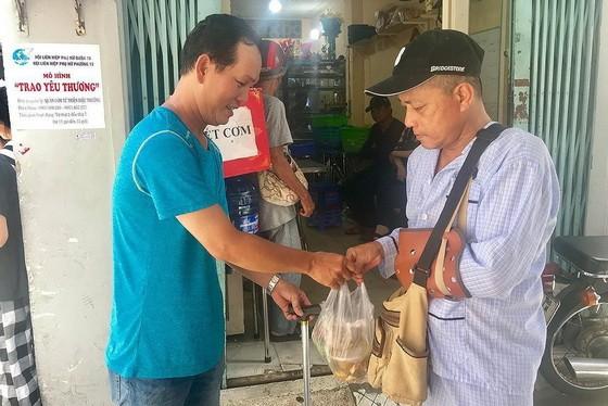 貧困者前往妙常飯店領取飯菜。