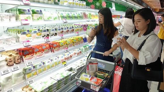 中国消费者在超市选购Vinamilk产品。