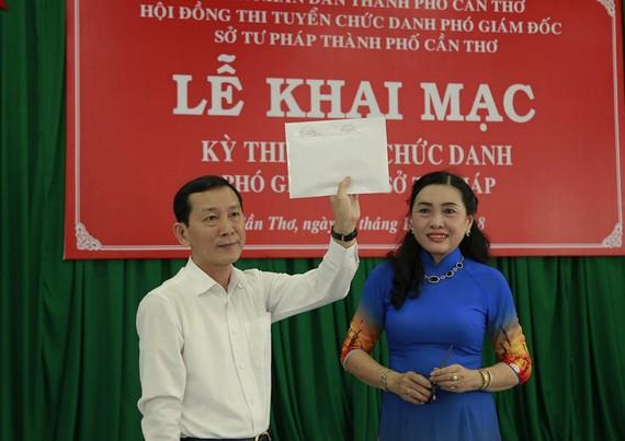 Chủ tịch Hội đồng thi kiểm tra niêm phong đề thi