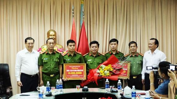 Chủ Tịch Ubnd Tp Đà Nẵng Huỳnh Đức Thơ Thưởng Nóng Cho Công An Quận Hải