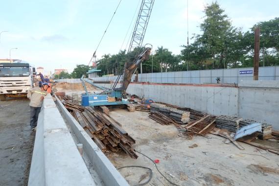 Công trình hầm chui Điện Biên Phủ - Nguyễn Tri Phương còn ngổn ngang, nguy cơ ảnh hưởng đến công tác chuẩn bị APEC. Ảnh: NGUYÊN KHÔI