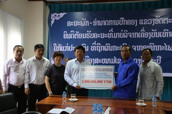 Phó Bí thư Thường trực Thành ủy Đà Nẵng Võ Công Trí trao 2 tỷ đồng tiền hỗ trợ cho tỉnh Attapeu (Lào)
