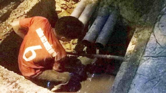 Các cơ quan chức năng phát hiện 4 đường ống có đường kính 114mm đấu nối trực tiếp ra hệ thống thoát nước chung thành phố