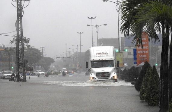 Đường CMT8 bị ngập sâu trong nước