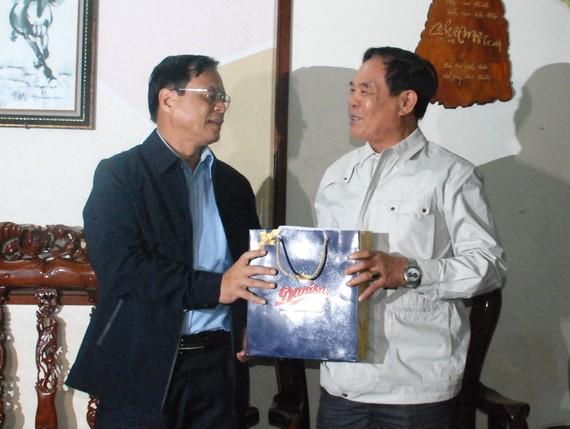 Ông Võ Ngọc Đồng, Giám đốc Sở Nội vụ, Chủ tịch UBND huyện Hoàng Sa (Đà Nẵng) đến thăm và tặng quà cho các nhân chứng Hoàng Sa