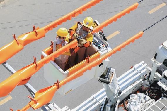 EVNCPC sử dụng công nghệ sửa chữa lưới điện đang mang điện (hotline) để không phải cắt điện