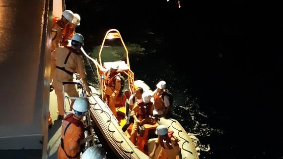 Các nhân viên cứu nạn hàng hải Việt Nam tổ chức cấp cứu thuyền viên tàu Hy Lạp ở phía Nam đảo Tri Tôn ( quần đảo Hoàng Sa, Việt Nam)