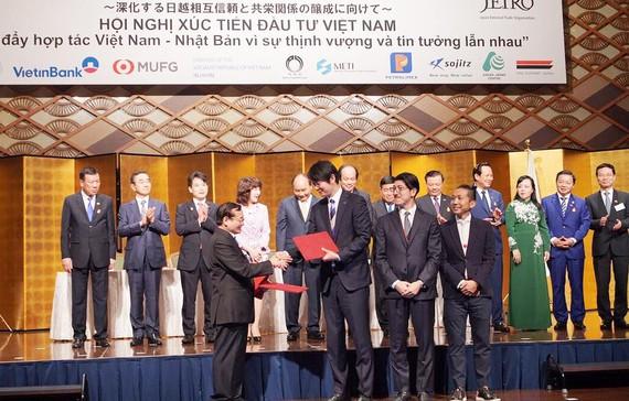 Ông Lương Minh Sâm, Phó Hiệu trưởng ĐH Đông Á, ông Kenji Yabuno, Chủ tịch tập đoàn Cookbiz cùng các công ty dịch vụ thực phẩm địa phương Nhật ký kết hợp tác