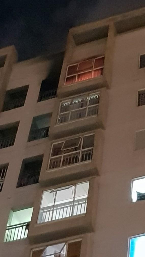 Căn hộ chung cư trên tầng 11 bốc cháy do thắp hương cúng rằm