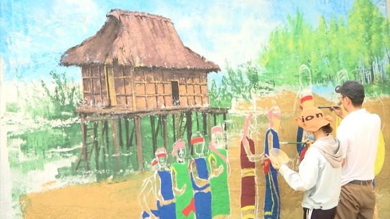 Con đường bích họa cũng có sự tham gia phụ giúp của người lớn, các họa sĩ không chuyên để hoàn thành con đường này