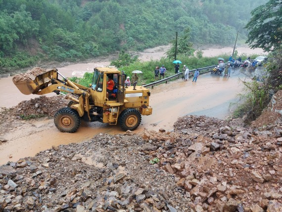 Đường Hồ Chí Minh qua huyện Đakrông, tỉnh Quảng Trị có hơn 23 điểm sạt lở gây ách tắc giao thông