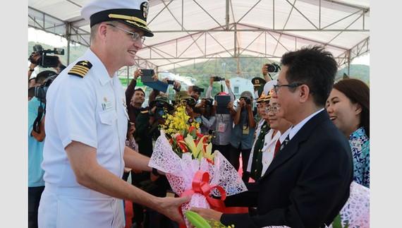 Đại diện tỉnh Khánh Hòa tiếp đoàn công tác tàu bệnh viện USNS Mercy