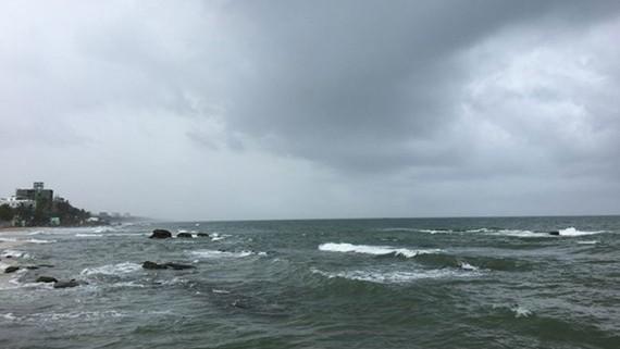 Sau 1 ngày nắng ráo, sáng nay mây đen kèm mưa lớn lại kéo đen kịt bầu trời Phú Quốc