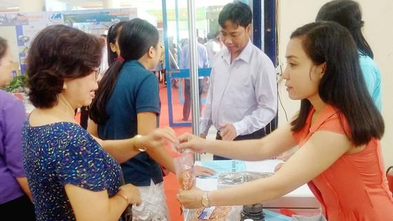 Người tiêu dùng Hà Nội tham khảo các mẫu thuỷ sản chế biến được doanh nghiệp giới thiệu tại hội chợ sáng nay