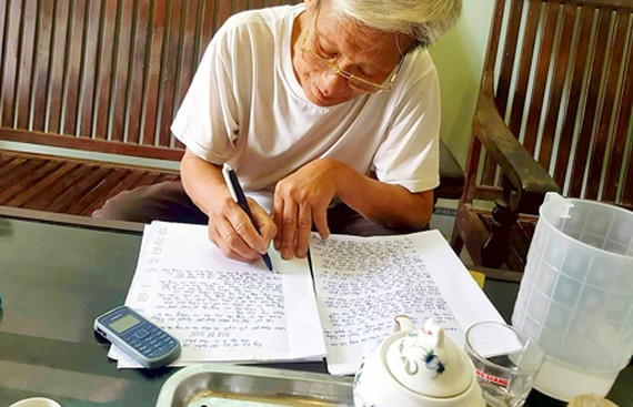 The old man, on behalf of people from Dong Tam commune, writing an open letter to the chairman of the Hanoi People's Committee on April 21 (Photo: SGGP)