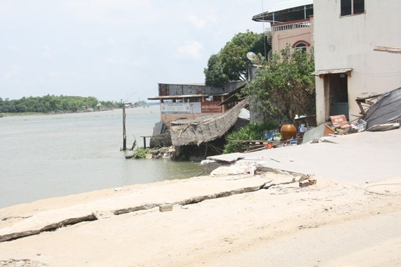The serious landslide sending 16 houses into the Vam Nao river on April 22 is feared to expand in An Giang province (Photo: SGGP)