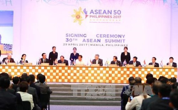 Prime Minister Nguyen Xuan Phuc (4th left) at the signing ceremony, 30th ASEAN summit, Manila on April 29. (Photo: VNA/VNS)